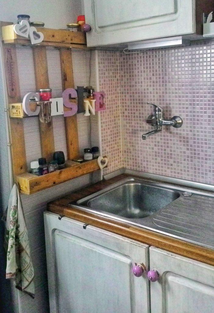 Vecchia cucina migliorata con upcycle di oggetti non comuni.